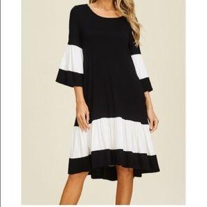 Dresses & Skirts - Color block black/white side pockets swing dress